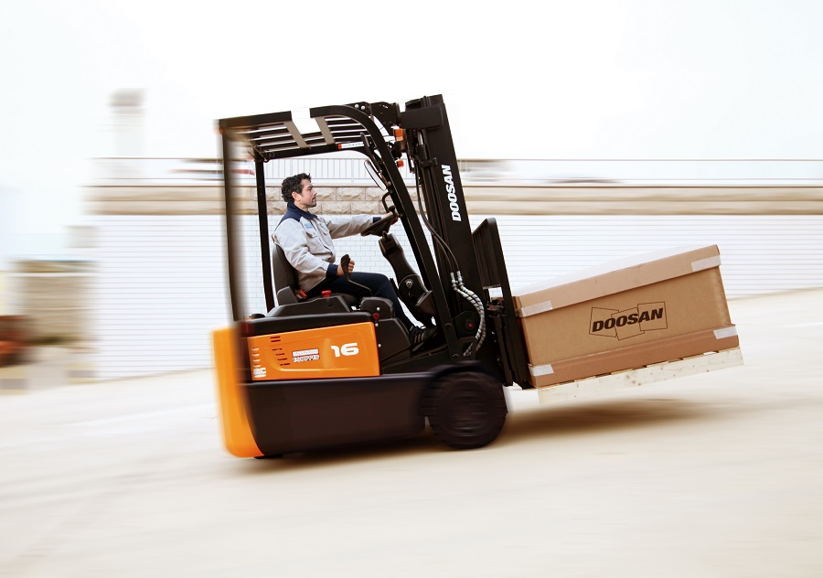 https://itsupplychain.com/wp-content/uploads/2019/03/Doosan-launches-advanced-3-wheel-electric-B15R-7-Series-900-x-632.jpg